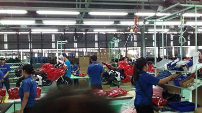 Hình ảnh những công nhân đang lắp áo cho moto.